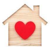 Alloggi il ritaglio ed il cuore di carta a forma di su legname di legno naturale Fotografia Stock