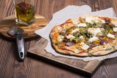 Alloggi il salame fatto della pizza con il prosciutto di Parma, il formaggio e il rucola Fotografia Stock Libera da Diritti