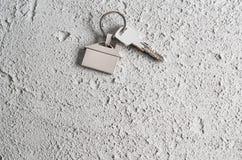 Alloggi il simbolo di chiavi sul fondo grigio del cemento o del muro di cemento Immagini Stock