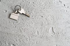 Alloggi il simbolo di chiavi sul fondo grigio del cemento o del muro di cemento Immagine Stock Libera da Diritti
