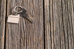 Alloggi il simbolo di chiavi sul vecchio fondo di legno del pavimento Immagine Stock Libera da Diritti