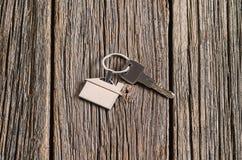 Alloggi il simbolo di chiavi sul vecchio fondo di legno del pavimento Fotografia Stock Libera da Diritti