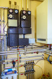 Alloggi il sistema di riscaldamento con i tubi, i tubi, valvole Esempio del insta Fotografie Stock Libere da Diritti