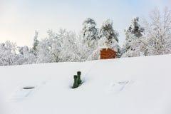 Alloggi il tetto con il camino al giorno di inverno nevoso Fotografie Stock Libere da Diritti
