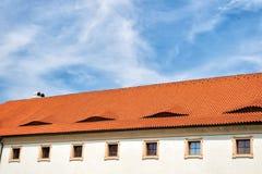 Alloggi il tetto con le mattonelle di terracotta a Praga, repubblica Ceca Fotografia Stock