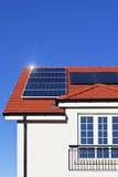 Alloggi il tetto coperto di comitati solari Fotografia Stock Libera da Diritti