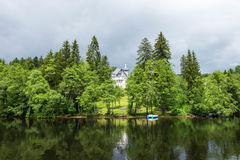 Alloggi il tetto dietro il lago vicino della foresta a Titisee-Neustadt, Germania Fotografie Stock Libere da Diritti