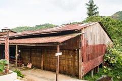 Alloggi il vecchio zinco del tetto della ruggine e di legno in naturale Immagine Stock