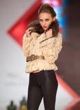 Alloggi l'accumulazione del magnesio delle pellicce durante il modo di Bucarest Immagini Stock Libere da Diritti