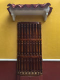 Alloggi l'architettura della finestra con le barre di legno a Cartagine, Colombia Fotografie Stock