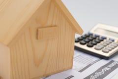 Alloggi l'archivio cartaceo di ipoteca e del modello con un calcolatore Immagini Stock Libere da Diritti