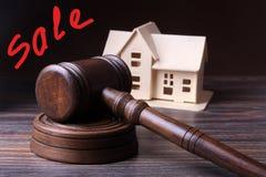 Alloggi l'asta, il martello dell'asta, il simbolo dell'autorità e la casa miniatura Concetto dell'aula di tribunale Immagini Stock Libere da Diritti