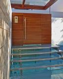 Alloggi l'entrata con le scale sopra un piccolo stagno Fotografia Stock