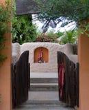 Alloggi l'entrata con un posto adatto decorato nella parete Fotografia Stock Libera da Diritti
