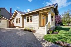 Alloggi l'esterno con il portico bianco e la porta arancio Fotografia Stock