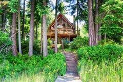 Alloggi l'esterno con la disposizione di legno ed il grande balcone Alberi intorno Fotografie Stock Libere da Diritti