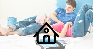Alloggi l'icona con le coppie che si trovano e che interagiscono a casa Fotografia Stock Libera da Diritti