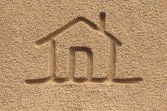 Alloggi l'icona o il segno (domestica) che assorbe la sabbia della spiaggia - foto di concetto Fotografie Stock Libere da Diritti