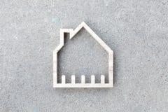 Alloggi l'icona su fondo concreto, costruzione domestica Fotografia Stock Libera da Diritti