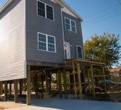 Alloggi l'innalzamento e metta sopra i trampoli per evitare sommergersi in questa città della riva del New Jersey fotografie stock