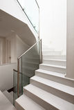 Alloggi l'interiore con le scale moderne Immagini Stock Libere da Diritti