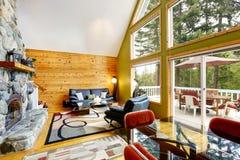 Alloggi l'interno con il soffitto arcato e la parete di vetro Immagini Stock Libere da Diritti