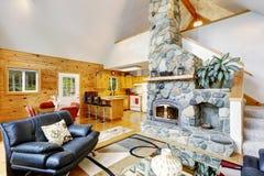 Alloggi l'interno con il soffitto arcato ed apra la pianta Fotografie Stock
