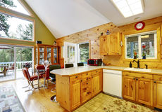 Alloggi l'interno con il soffitto arcato ed apra la pianta Fotografia Stock Libera da Diritti