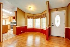 Alloggi l'interno con la disposizione di legno rossa della parete della plancia Fotografia Stock Libera da Diritti