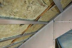 Alloggi l'isolamento in costruzione della parete della mansarda della soffitta con roccia Fotografia Stock Libera da Diritti