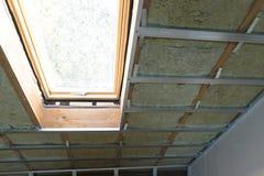 Alloggi l'isolamento in costruzione della parete della mansarda della soffitta con roccia Fotografia Stock