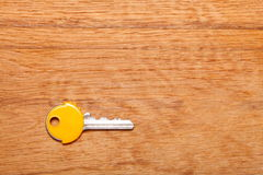 Alloggi la chiave con i cappucci gialli dei cappotti della plastica sulla tavola Fotografia Stock