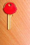Alloggi la chiave con i cappucci rossi dei cappotti della plastica sulla tavola Fotografia Stock Libera da Diritti