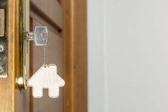 Alloggi la chiave con il pendente d'argento del cromo con forma domestica Immagini Stock