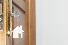Alloggi la chiave con il pendente d'argento del cromo con forma domestica Immagine Stock