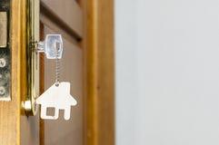 Alloggi la chiave con il pendente d'argento del cromo con forma domestica Immagine Stock Libera da Diritti