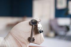 Alloggi la chiave e il keychain sotto forma di case si trova sui bordi di legno Concetto per il bene immobile, ipoteca, casa comm Immagine Stock Libera da Diritti