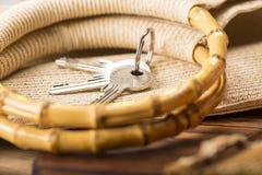 Alloggi la chiave e le maniglie di bambù di un sacchetto della spesa Fotografia Stock