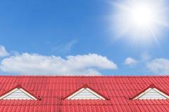 Alloggi la cima del tetto il giorno soleggiato della nuvola blu Fotografia Stock
