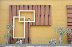 Alloggi la decorazione dalla struttura di legno e dai piccoli alberi Fotografie Stock Libere da Diritti