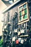 Alloggi la decorazione nello stile di lerciume con i vecchi oggetti usati Fotografia Stock