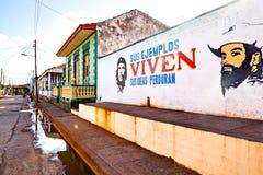 Alloggi la facciata in Baracoa con la propaganda ed il Ch comunisti dipinti Fotografia Stock