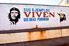 Alloggi la facciata in Baracoa con la propaganda ed il Ch comunisti dipinti Fotografie Stock Libere da Diritti