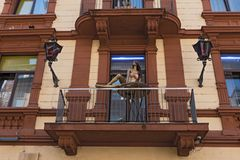 Alloggi la facciata con il balcone ed il distretto leggero delle bambole in rosso vicino alla stazione ferroviaria principale Fra Fotografia Stock Libera da Diritti