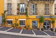 Alloggi la facciata con il piccolo negozio di regalo in Nizza, Francia Immagini Stock