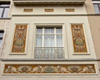 Alloggi la facciata con la decorazione di stile Liberty degli uccelli di paradiso Immagine Stock Libera da Diritti