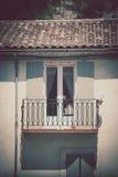 Alloggi la facciata con la finestra ed il balcone in Francia del sud Immagini Stock