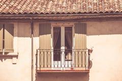 Alloggi la facciata con la finestra ed il balcone in Francia del sud Immagine Stock
