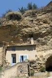 Alloggi la facciata davanti ad un franare la montagna nella vecchia villa Immagini Stock