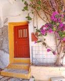 Alloggi la facciata e la buganvillea, l'isola di Tinos, Grecia Fotografia Stock Libera da Diritti